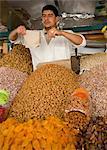 Noix et fruits séchés à vendre à un étal dans le souk de Marrakech, au Maroc, en Afrique du Nord, Afrique