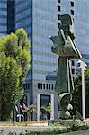 Vue urbaine avec sculptures et Shalom Aleihem bâtiment, Tel Aviv, Israël, Moyen-Orient