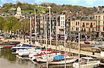 Le Vieux Bassin, vieille ville et les bateaux amarrés le long du quai, Honfleur, Calvados, Normandie, France, Europe