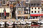 Le Vieux Bassin, vieille ville, le Musée Naval installé dans l'ancienne église de Saint Etienne à gauche et bateaux amarrés le long du quai, Honfleur, Calvados, Normandie, France, Europe