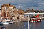 Le Vieux Bassin avec la Lieutenance datant du XVII siècle et les bateaux, Honfleur, Calvados, Normandie, France, l'Europe
