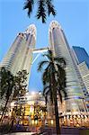 Faible angle vue des tours jumelles de Petronas, Kuala Lumpur, en Malaisie, l'Asie du sud-est, Asie