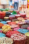 Baguettes décoratives colorées à vendre comme souvenirs pour touristes dans Chinatown marché, Temple Street, Singapour, l'Asie du sud-est, Asie