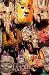 Masques en bois dans un marché en plein air à Chichicastenango, au Guatemala, l'Amérique centrale