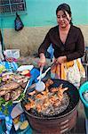 Pollo Campero (poulet frit) au marché de l'Amérique centrale de Santiago Sacatepéquez, Guatemala,