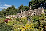 Gîtes ruraux jolie et jardins dans la pittoresque région des Cotswolds village de Bibury, Gloucestershire, Angleterre, Royaume-Uni, Europe