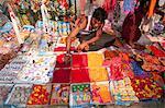 Homme vente Agbo, une poudre rouge utilisée pour le marquage de Thompson sur le front et autres babioles hindous, Sonepur, Bihar, Inde, Asie