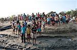 Dorfbewohner warten am Ufer der der Fluss Hugli Besucher Anreise per Boot, ländlichen West Bengal, Indien, Asien