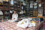 Propriétaire d'une boutique dans le Kumartuli district de Kolkata, West Bengal, Inde, Asie
