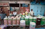 Reis Wallahs sitzen hinter volle Säcke mit Reis warten auf Kunden, die in den frühen Morgenstunden, neuer Markt, Kolkata, Westbengalen, Asien