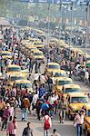 Gelbe Taxis in Kolkata und Pendler außerhalb Howrah Bahnhof Morgen Rush hour, Howrah, Kalkutta, Westbengalen, Asien