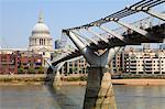 Millennium Bridge und St. Paul's Cathedral in London, England, Vereinigtes Königreich, Europa