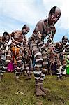 Bunt gekleidet und Gesicht gemalt lokale Stämme feiern das traditionelle Sing Sing im Hochland, Papua-Neuguinea, Pazifik