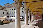 Marché et arches, bâtiment de la poste, Piazza Duomo dei, Belluno, Province de Belluno, Vénétie, Italie, Europe