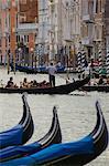Blick auf Kanal, Gondeln und Touristen, Venedig, UNESCO Weltkulturerbe, Veneto, Italien, Europa