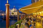 Santa Maria della Salute und Restaurant bei Dämmerung, Dorsoduro, Venedig, UNESCO World Heritage Site, Veneto, Italien, Europa