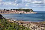 South Bay et la colline du château de jardins de South Cliff, Scarborough, North Yorkshire, Angleterre, Royaume-Uni, Europe