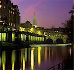 Crépuscule sur la Pulteney Bridge et la rivière Avon, Bath, Site du patrimoine mondial de l'UNESCO, Somerset, Angleterre, Royaume-Uni, Europe