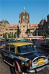 Taxi à l'extérieur de la Victoria Terminus (Gare Chhatrapati Shivaji), Site du patrimoine mondial de l'UNESCO, Mumbai (Bombay), Maharashtra, Inde, Asie
