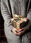 Frau mit eine Geschenk-box
