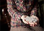 Frau hält Schnee Kristall Schmuck