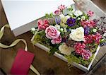 Arrangement de fleurs dans une boîte cadeau