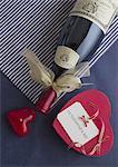 Bouteille de vin à égalité avec ruban et un coffret en forme de coeur