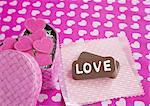 Chocolats avec « LOVE » et une boîte-cadeau