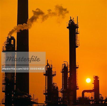 Silhouette d'usine pétrochimique au coucher du soleil Sarnia, Ontario, Canada