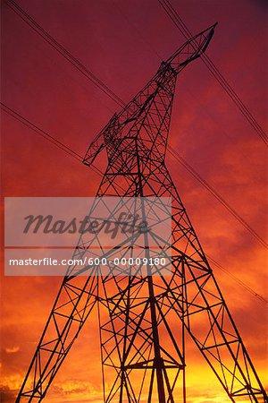 Silhouette de lignes à haute tension et la tour de Transmission au coucher du soleil (Alberta), Canada