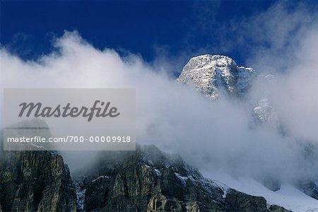 Snowy pic du Mont du château s'élève au-dessus des nuages dans le Parc National Banff, Alberta, Canada