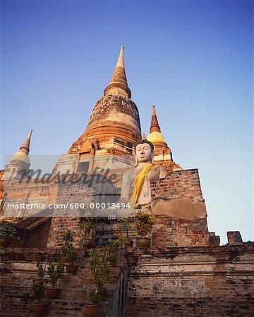 Bouddha en ruines du Wat Yai Chai Ruessei Ayutthaya, Thaïlande