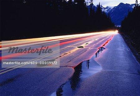 Sentiers de la lumière sur la route le Parc National Yoho en Colombie-Britannique, Canada