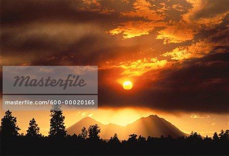Coucher de soleil sur les montagnes et les arbres près de Bend, Oregon, Etats-Unis