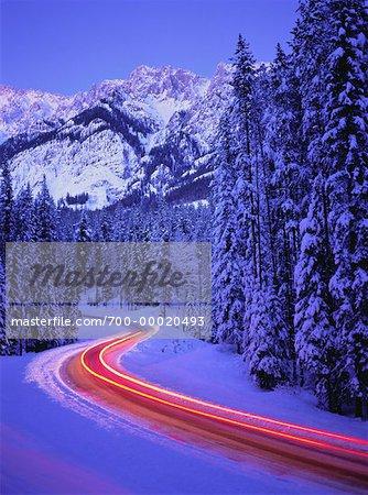Sentiers de la lumière sur la route en hiver le Parc National Banff, Alberta, Canada