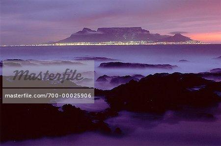 Montagne de la table et le cap pendant la nuit, comme on le voit de la plage de Bloubergstrand, Afrique du Sud