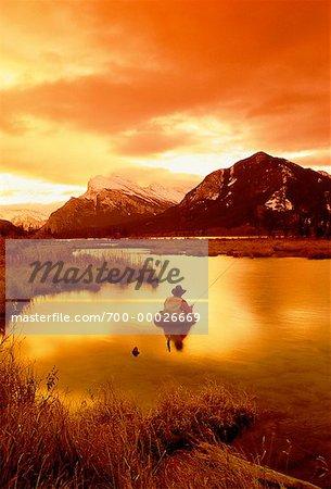 Pêche mouche, Vermilion Lake et le mont Rundle, Parc National Banff, Alberta, Canada