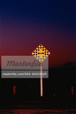Panneau de signalisation la nuit