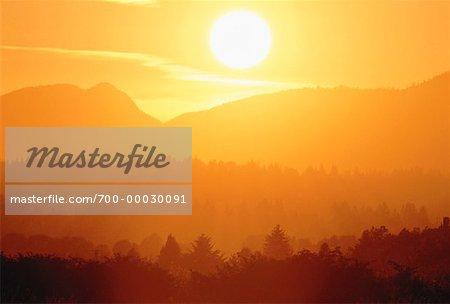 Montagnes au coucher du soleil la Colombie-Britannique, Canada