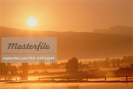 Brouillard sur la vallée du Fraser à Vancouver (Canada) coucher de soleil