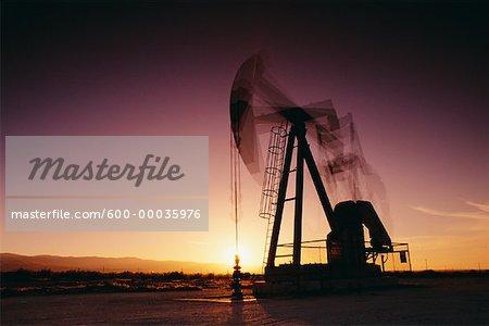 Forage d'huile au coucher du soleil en Californie, USA