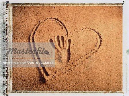 Hand Print Und Herz In Den Sand Gezeichnet Stockbilder
