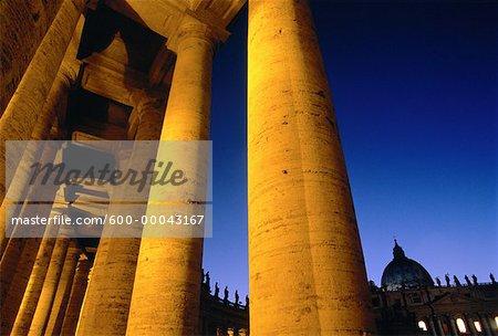 Colonnes à la cité du Vatican carrés de crépuscule Saint Peter, Rome, Italie