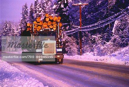 Camion grumier sur la route en hiver Colombie-Britannique, Canada