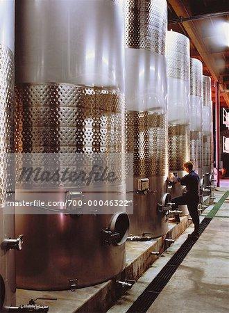 Arbeitnehmer, die Inspektion Lagertanks an Weingut, Kalifornien, USA