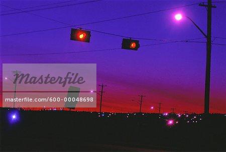Avertissement jaune s'allume sur la route à la tombée de la nuit Edmonton, Alberta, Canada