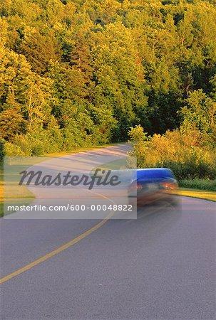 Voiture sur la route, Gatineau Parkway, parc de la Gatineau, au Québec. Canada