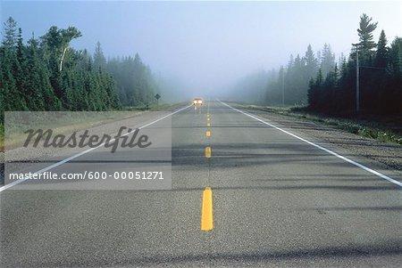 Voiture sur la route avec Haze Highway 17, Ontario, Canada