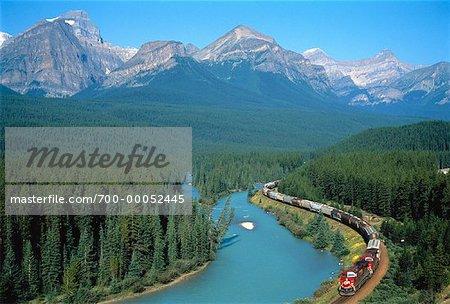 Train de marchandises, le Parc National Banff, Alberta, Canada