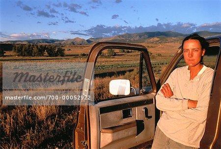 Femme près de camion sur Organic Farm comté de Boulder, Colorado, USA